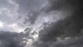 Mooie cloudscape met grote, de bouw grijze dramatische regen betrekt en hoge wind Atmosferisch fenomeen in de hemel stock video