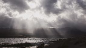 Mooie cloudscape met grote, de bouwwolken en zonsondergang achter glanzende zonstralen en meergolven stock video