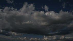 Mooie cloudscape met grote, de bouwwolken en zonsopgang het breken door wolkenmassa stock videobeelden