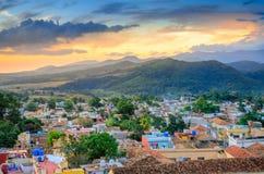 mooie comfortabele die stad door bergen wordt omringd royalty-vrije stock foto's