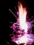 Mooie conceptenvlammen Brand op brandwondendocument met zwarte achtergrond Stock Afbeelding