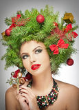 Mooie creatieve Kerstmismake-up en de binnenspruit van de haarstijl. Schoonheidsmannequin Girl. De winter. Mooie modieus in studio Royalty-vrije Stock Foto's