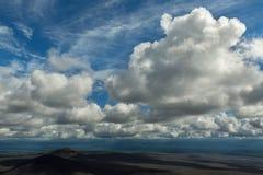 Mooie cumuluswolken over gebieden van scoria De Spleetuitbarsting 1975 van Tolbachik van de het noordendoorbraak Grote Royalty-vrije Stock Foto
