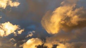 Mooie cumuluswolken van ongebruikelijke vorm in de blauwe hemel op een de zomerdag royalty-vrije stock afbeeldingen