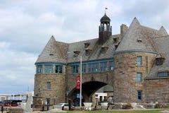 Mooie dag bij het strand met blauwe hemel, wolkendekking, en mooie steenstructuur over weg, Narragansett, Rhode Island stock afbeelding
