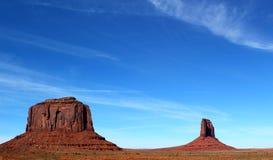 Mooie dag in Monumentenvallei op de grens tussen Arizona en Utah in Verenigde Staten - Merrick Butte stock foto