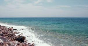 """Mooie dag op een strand met overzeese golven die op de rotsen op landschap van de kust†bespatten het """"Aard stock videobeelden"""