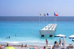 Mooie daglichtmening aan het overzees van de Kooid ` Azur van Nice met vlaggen van de EU stock fotografie