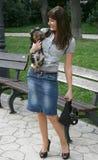Mooie dame die haar hond houdt stock foto