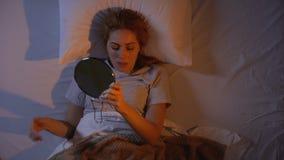Mooie dame die samenstelling verwijderen vóór slaap, huid-zorg producten, hoogste-Weergeven stock video