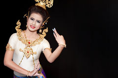 Mooie dame die voor originele Thaise dans danst Royalty-vrije Stock Afbeeldingen