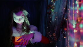Mooie dame in formele kledij met een gift stock videobeelden