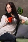 Mooie dame het drinken thee Stock Foto's