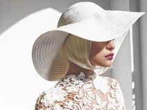 Mooie dame in hoed stock fotografie