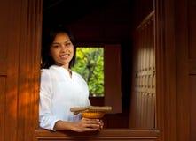 Mooie Dame Leaning Out Thai Teak Huis Stock Fotografie
