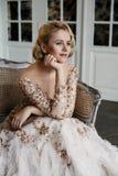 Mooie dame in luxekleding Royalty-vrije Stock Fotografie