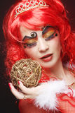 Mooie dame met artistieke Kerstmisdecoratio van de samenstellingsholding Stock Foto