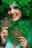 Mooie dame met artistieke Kerstmisdecoratio van de samenstellingsholding Royalty-vrije Stock Foto's