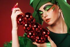 Mooie dame met artistieke Kerstmisdecoratio van de samenstellingsholding Stock Afbeelding
