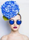 Mooie dame met hydrangea hortensia stock foto