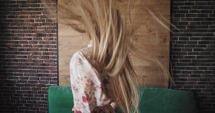 Mooie mooie dame met lang haar in pyjama die in de ochtend voor de camera in woonkamer met stedelijk dansen stock video