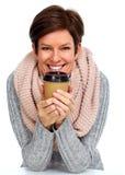 Mooie dame met sjaal en koffiemok Royalty-vrije Stock Afbeelding
