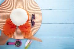 Mooie damehoed met zonnebril en zonnescherm op houten backgro royalty-vrije stock afbeeldingen