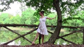 Mooie danser die training in openlucht doen stock videobeelden