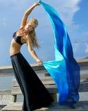 Mooie danser tegen hemel stock afbeelding