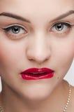 Mooie de aantrekkingskrachtvrouw van de close-up met rode lippen Stock Afbeeldingen
