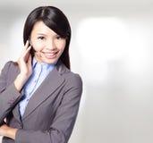 Mooie de exploitantvrouw van de klantendienst met hoofdtelefoon Stock Afbeelding