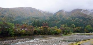 Mooie de herfstbomen langs de rivier van Shirakawa-dorp Royalty-vrije Stock Afbeeldingen
