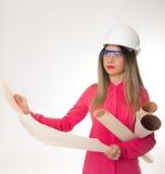 Mooie de holdingsblauwdrukken van de vrouwen civiel-ingenieur Royalty-vrije Stock Foto's