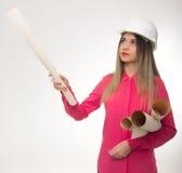 Mooie de holdingsblauwdrukken van de vrouwen civiel-ingenieur Stock Foto's