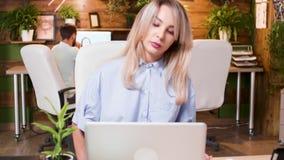 Mooie de inhoudsschepper van verschillende media het schrijven ideeën op haar kleuren kleverige nota's stock videobeelden