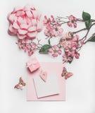Mooie de kaartspot van de pastelkleur roze groet omhoog met bloesemdecoratie, harten, weinig giftdoos en boog op witte bureauacht royalty-vrije stock foto's