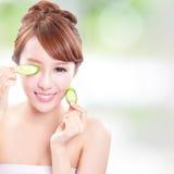 Mooie de komkommerplakken van de vrouwenholding op gezicht Stock Fotografie