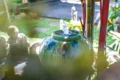 Mooie de kruikfontein van het kleuren kleine water in tuin met onduidelijk beeld voor royalty-vrije stock fotografie