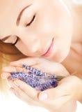 Mooie de lavendelbloemen van de meisjesgeur Stock Afbeelding