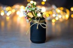 Mooie de lentebloemen in een zwarte vaas met een boog van streng Plaats voor tekst stock afbeelding