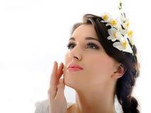 Mooie de lentevrouw met zuivere huid en bloemen Stock Foto's