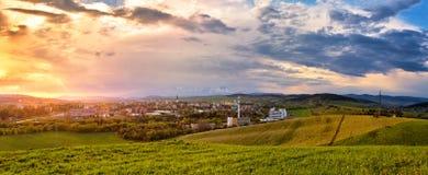 Mooie de lentezonsondergang boven de stad op heuvels Stock Afbeeldingen
