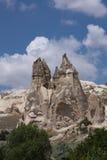 Mooie de liefdevallei van het woestijn rotsachtige zandsteen met reusachtige holbewoners in blauwe hemel Stock Foto