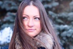 Mooie de manierlevensstijl van de meisjes in openlucht winter, vrije tijdspark die, portretvrouw gelukkige student glimlachen Stock Foto's