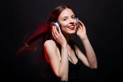 Mooie de muziekventilator van de glimlach jonge vrouw Stock Fotografie
