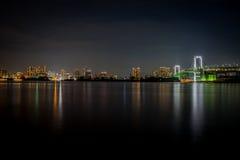 Mooie de regenboogbrug van Tokyo bij nacht stock foto