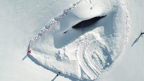 Mooie de skitoevlucht van de de winterberg stock video
