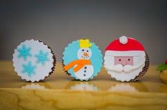 Mooie de sneeuwmanmuffins van de Kerstman van de Kerstmisvakantie stock fotografie