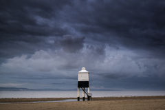 Mooie de steltvuurtoren van de landschapszonsopgang op strand Stock Afbeelding