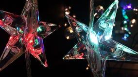 Mooie de vormenkerstmis van de kristalster het gloeien lichten met achtergrond van de onduidelijk beeld de zachte gloed bokeh royalty-vrije stock foto